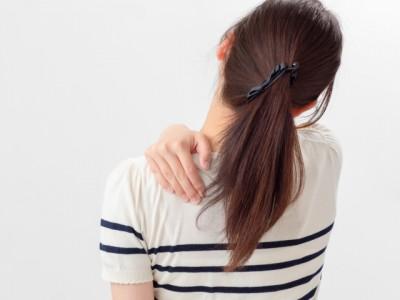 肩甲骨痛女性